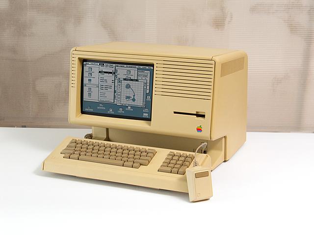 La primer computadora personal con interfaz gráfica es desarrollada por Apple.
