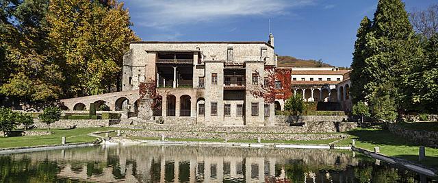 Carlos I se retira al monasterio de Yuste, donde muere
