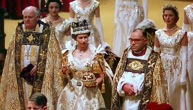 Coronan a Isabel II a los 26 años