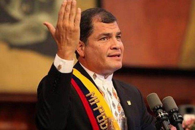 Rafael Correa toma la presidencia.