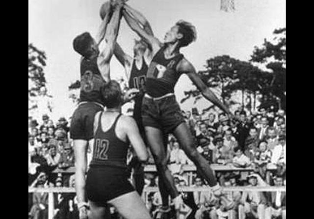 Primer partido profesional de baloncesto