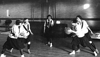 Primer partido femenil de baloncesto