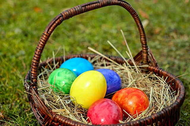 Die theatralisch ausgestalteten Osterfeiern entwickeln sich zu dramatischen Osterspielen, die immer öfter außerhalb des Kirchenraums auf dem -vorplatz stattfinden