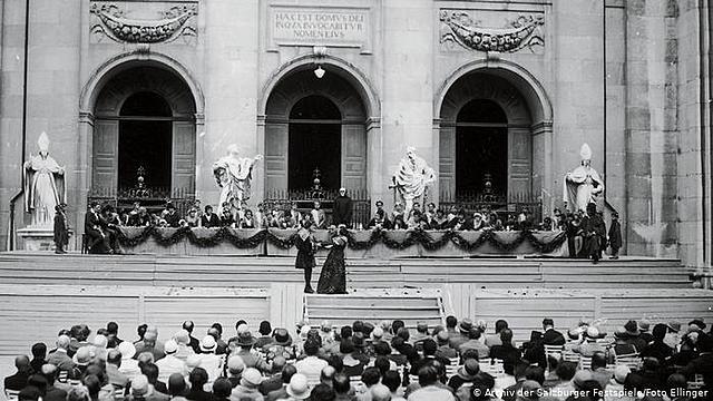 Massenspektakel Die Erstürmung des Winterpalais in Leningrad; Eröffnung der ersten Salzburger Festspiele mit Hofmannsthals Jedermann
