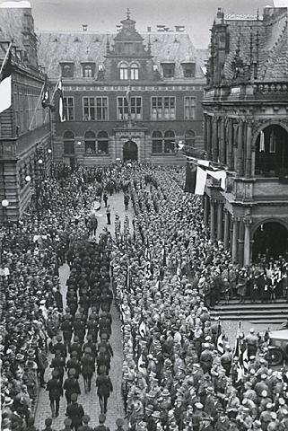 4000 deutschsprachige Dramatiker und Theaterleute werden von den Nationalsozialisten ins Exil gezwungen, u. a. Brecht, Reinhardt, Piscator, Zuckmayer
