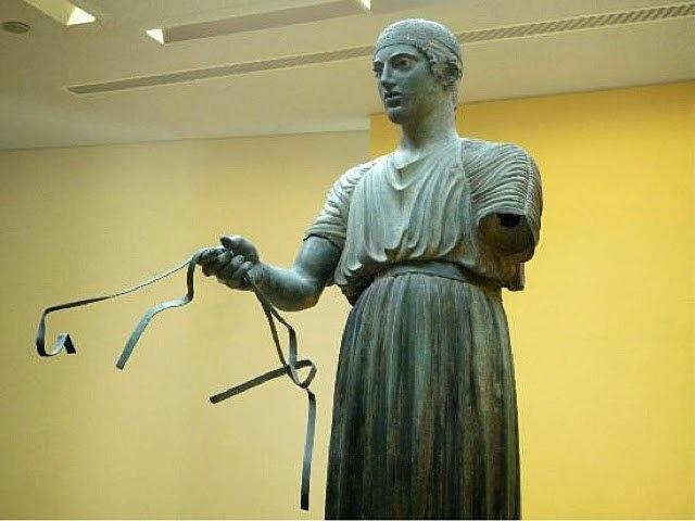 Auriga de Delfos: Escultura.
