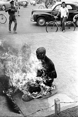 Buddhists burn themselves in protest to Diem