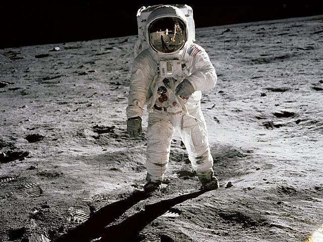 Neil Armstrong lander på månen