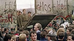 Berlinmuren revet ned