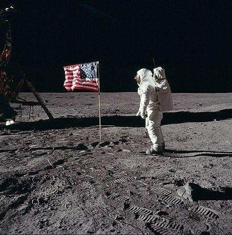 La misión Apolo XI ameniza en el mar de la tranquilidad en la Luna.