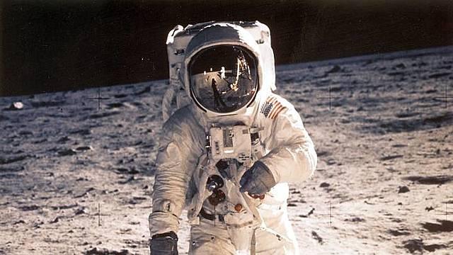 El primer home que va trepitjar la lluna