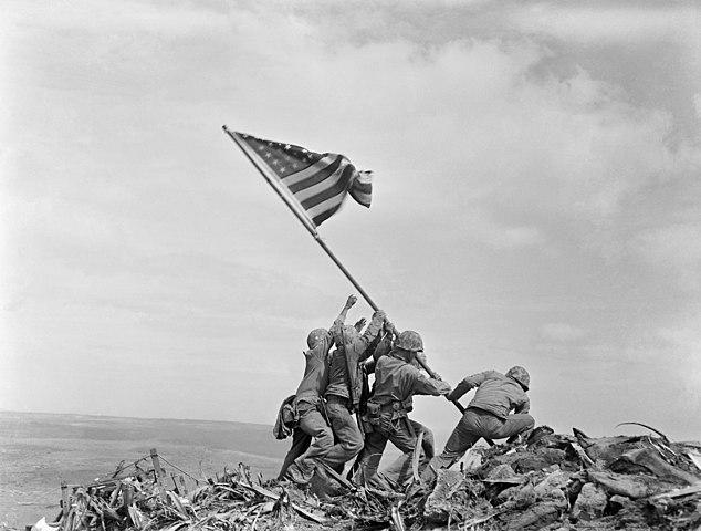 """""""Alzando la bandera en Iwo Jima"""" por Joe Rosenthal."""