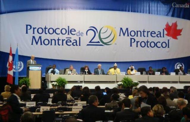 Το πρωτόκολλο του Μόντρεαλ περιορίζει τις χημικές ουσίες που βλάπτουν το στρώμα του όζοντος. Οι πλούσιες χώρες τις αποσύρουν σταδιακά πρώτες και οι αναπτυσσόμενες χώρες ακολουθούν αργότερα.