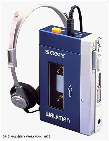 Первый портативный кассетный аудиоплеер с наушниками Walkman.