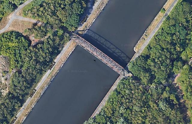 Passerelle sur le canal à Roux, Charleroi