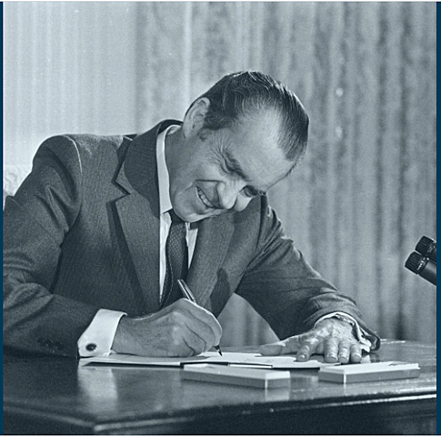 Nixon signs the second National Cancer Act