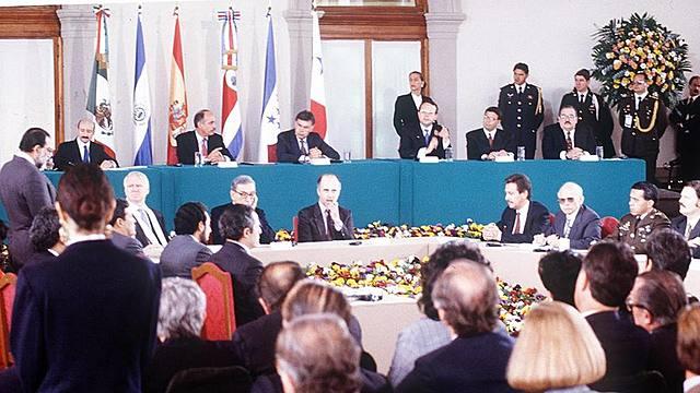 Firman acuerdo de paz