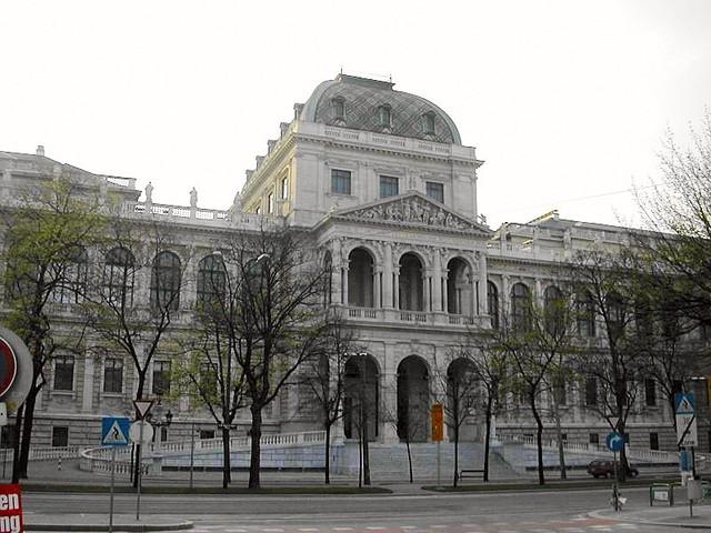 Ingresa a la Universidad de Viena.