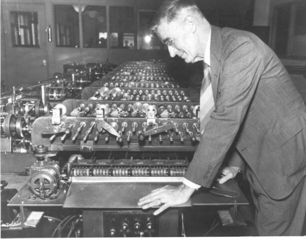 Nos Estados Unidos, o engenheiro eletricista Vannevar Bush desenvolve um computador usando válvulas de rádio