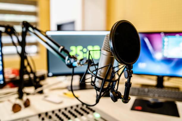 renova el programa de radio d'humor que dirigeix afegint-hi un convdat a cada programa per entrevistar-lo