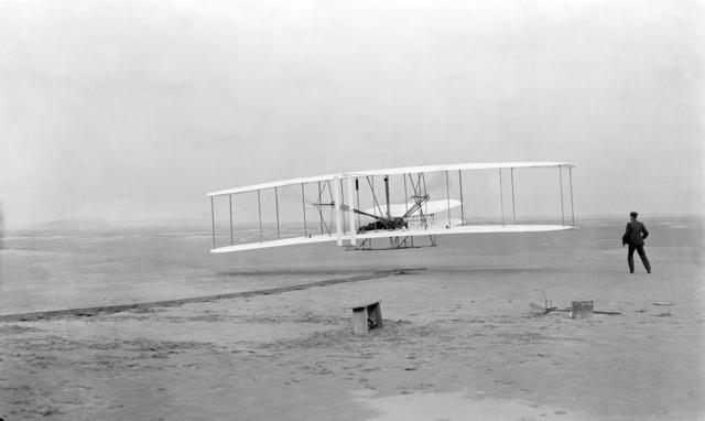 """Primer vuelo del """"Flyer I"""" de los Hermanos Wright en Kitty Hawk."""