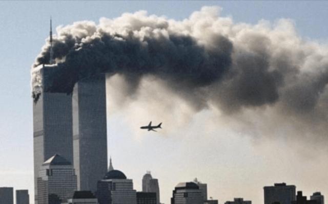 El grupo terrorista Al-Qaeda realiza un atentado contra las Torres Gemelas de Nueva York, EEUU.