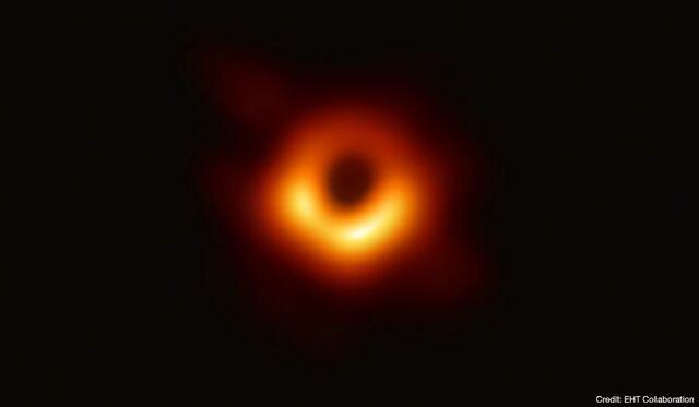 Científicos del Event Horizon Telescope logran la primera foto real de un agujero negro en el centro de la galaxia M87.