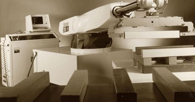 Devol diseña el primer robot programable.