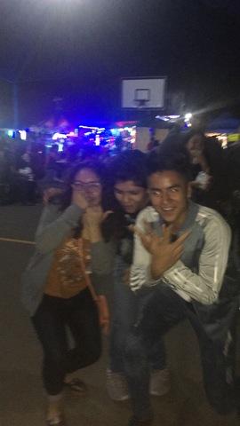 Fui a una noche colonial con mis amigos de la secundaria