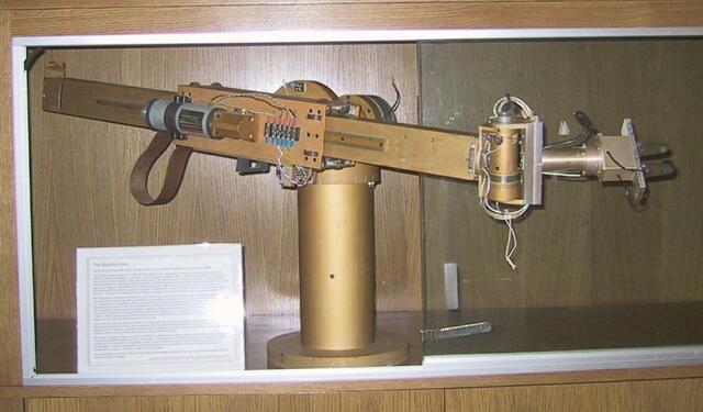 """El """"Standford Arm'', un pequeño brazo de robot de accionamiento eléctrico"""