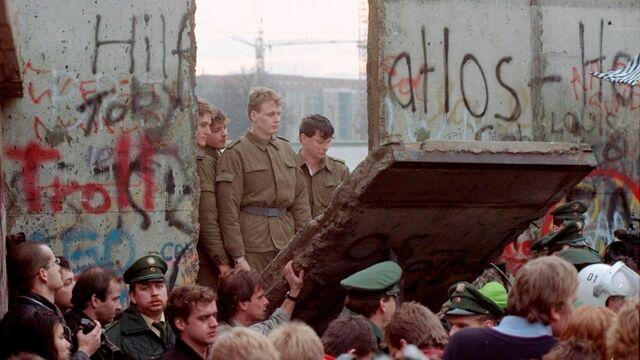 Berlinmuren falt og Tyskland ble til et nasjon.