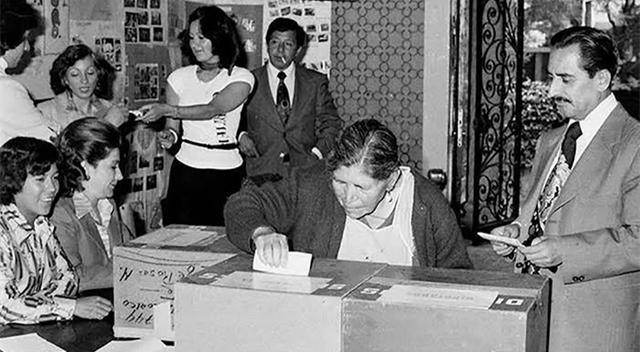 Por primera vez las mujeres ejercen su voto.