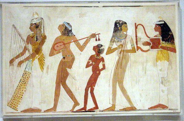 después de muchos tiempo los egipcios divierten a sus faraones con el baile