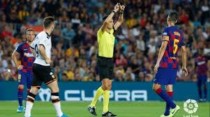 Aparece la figura del árbitro.