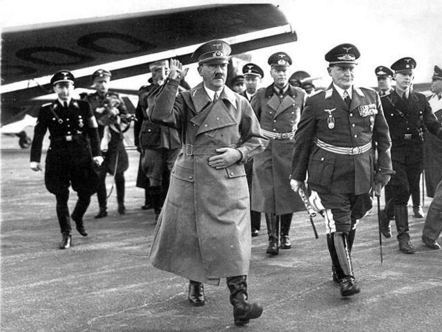 Hitler comunica a Mussolini la sua intenzione di attaccare la Polonia, ma il Duce dichiara di non essere pronto alla guerra, a meno che la Germania non fornisca all'Italia le armi