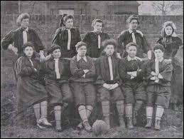 Primer partido de fútbol entre mujeres.
