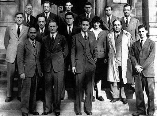 Enrico Fermi conduce il primo esperimento di reazione nucleare all'università di Chicago