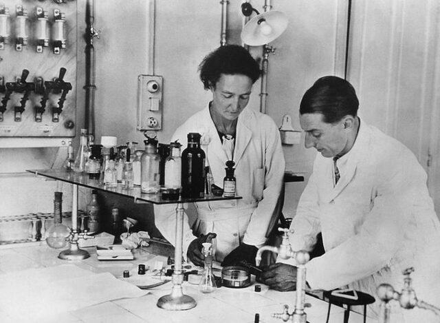 los esposos Irene Curie y Fréderic Joliot