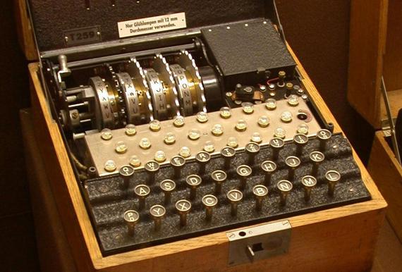 Se crea la máquina alemana enigma