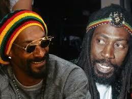 """Rastafari mugimendura sartu zen eta bere izena aldatu zuen """"Snoop lion"""""""