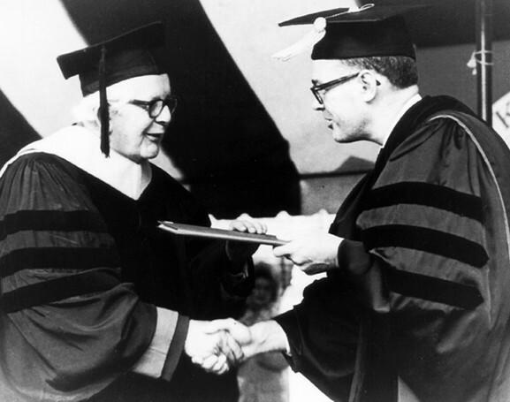 "Recebe o  título de ""doutor honoris causa"" pela  Universidade de Clark"