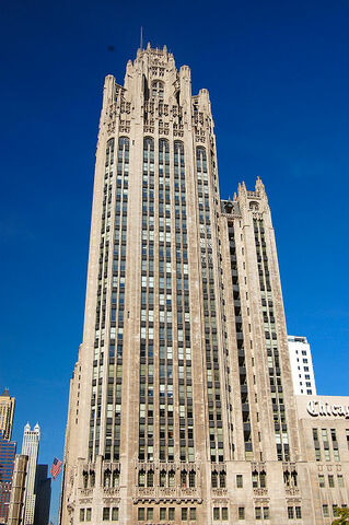 Tribune Tower (Chicago) por John Mead Howells y Raymond Hood.