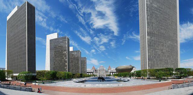 Empire State Plaza por Harrison & Abramovitz (Wallace Harrison).