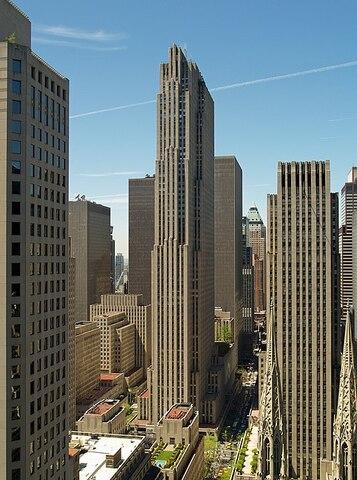 Rockefeller Center por Raymond Hood.
