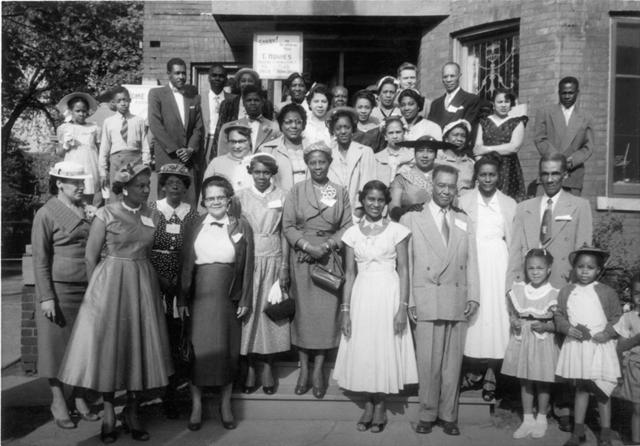| Reconnaissance |                   Le mardi 27 avril 1954, Moore dirige une délégation à Ottawa, qui comprend 34 représentants de la Negro Citizenship Association, ainsi que des syndicats, des conseils du travail et des organisations communautaires.
