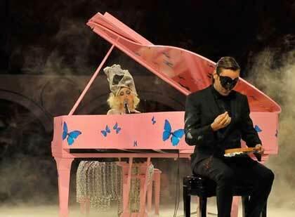 Performance al Moca di Los Angeles, Lady Gaga e Francesco Vezzoli