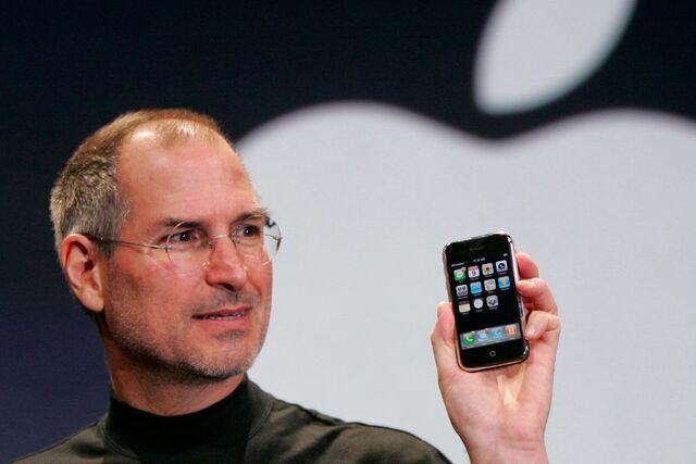 Apple lanza el iPhone.