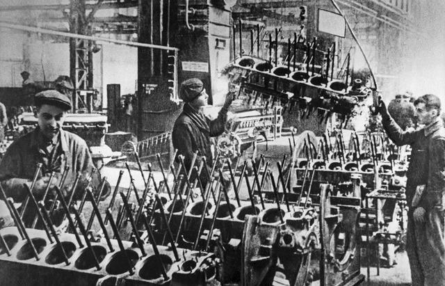 (Década de 1940) Distribución de municiones y artillería