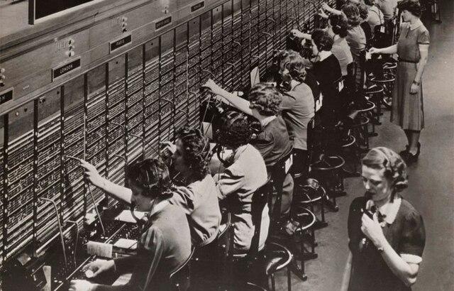 Se instala la primera central pública telefónica, en USA