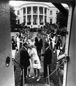 Sale del poder Nixon y entra Gerald Ford